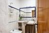 Además del cuarto de baño tiene mesita de trabajo, mini bar, TV y aire acondicionado.