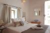 Habitación en Ibiza con cama de matrinomio, aire acondicionado, armario empotrado, TV y mini bar.