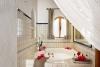 La bañera de hidromasaje que separada con una cortina de organdí te ofrece un ambiente de relax y tranquilidad en la estancia