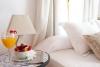 Con zona con bañera de hidromasaje que separada con una cortina de organdí te ofrece un ambiente de relax y tranquilidad