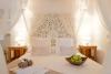 Habitación en Ibiza con cama de matrimonio con cabezal de madera de mango de India