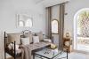 Habitación espaciosa en Ibiza con salón, mesa de trabajo, TV y minibar