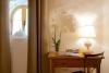 Armario ropero doble, mesa de trabajo y aire acondicionado completan la estancia.